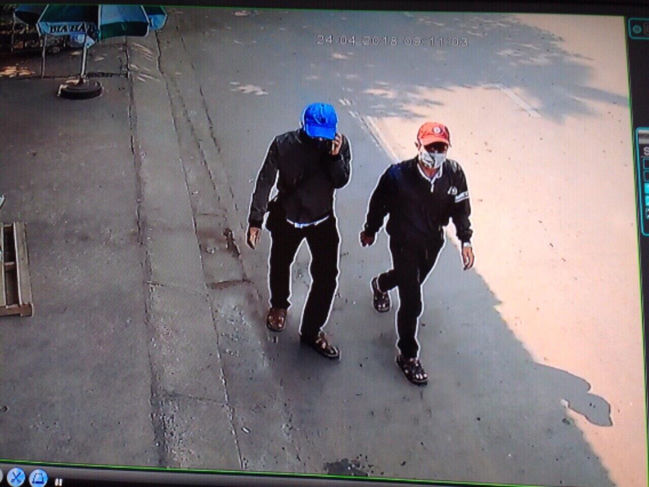 Định và Hà cải trang thành học sinh để vào trộm cắp tài sản.