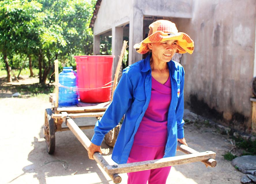 Người dân sống gần công trình nước sạch Bình Định Bắc phải đi chở nước nơ khác về sinh hoạt. Ảnh: THANH THẮNG