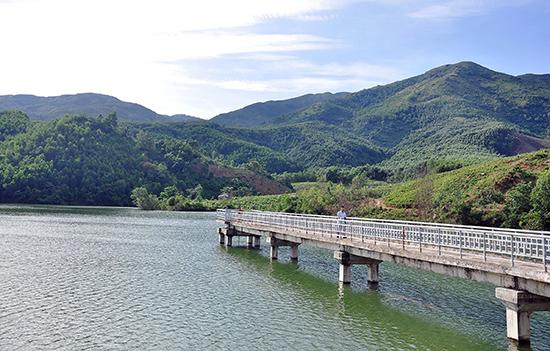 Hệ thống kênh mương chưa được thi công đồng bộ nên hồ chứa nước Việt An (Hiệp Đức) không phát huy hết công năng. Ảnh: VĂN SỰ