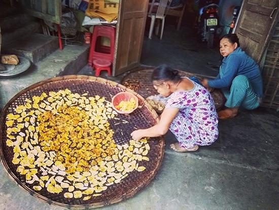 Mít được người dân đem sấy khô để bán dần.