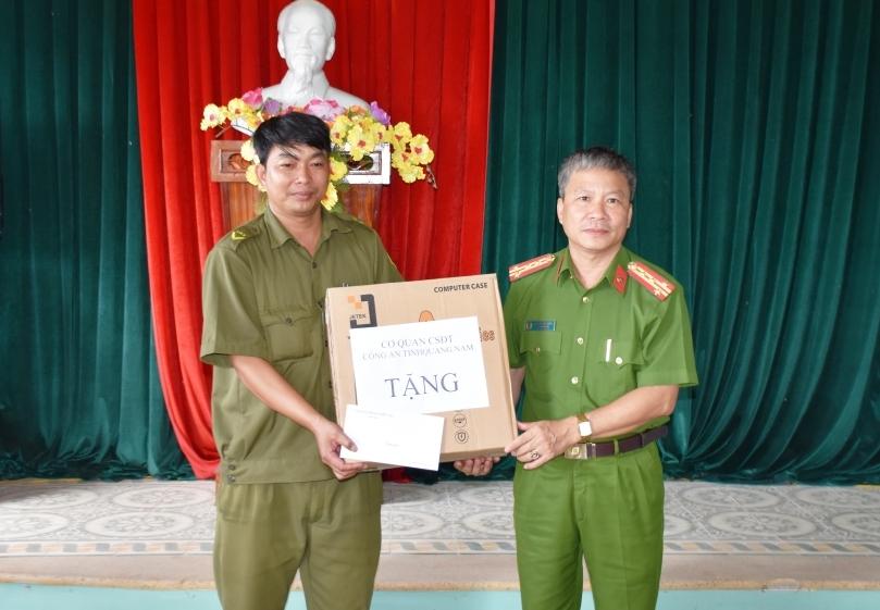 Đại tá Nguyễn Đức Dũng, Phó Giám đốc CA tỉnh, Thủ trưởng Cơ quan Cảnh sát điều tra Công an tỉnh tặng máy tính và hỗ trợ kinh phí tuyên truyền cho đại diện Công an xã Tiên Cảnh.