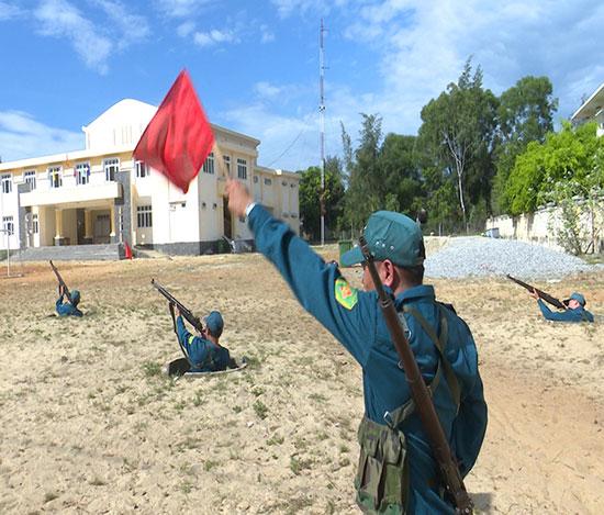 Huấn luyện tổ bộ binh bắn mục tiêu bay thấp. Ảnh: T.ANH