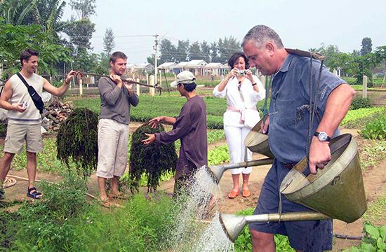 Tham gia làm du lịch, người nông dân vừa sản xuất, vừa tiếp thị kinh doanh sản phẩm, vừa là hướng dẫn viên bản địa. Ảnh: H.A