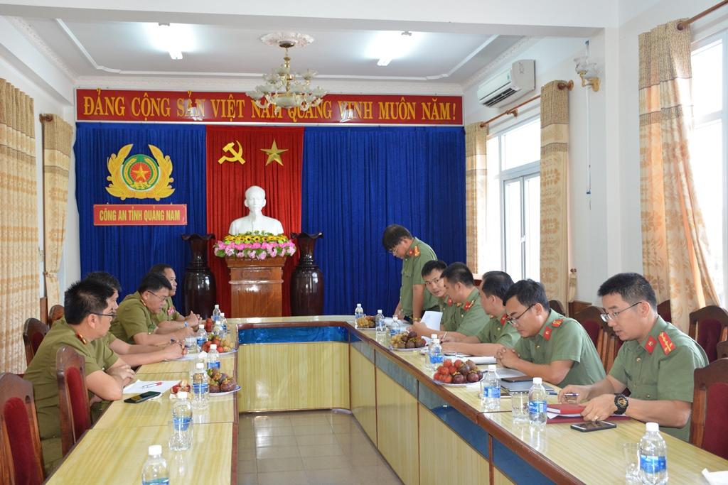 Hai đơn vị đi đến thống nhất việc hỗ trợ xây dựng hội trường cho cơ quan An ninh huyện Đắc Chưng, tỉnh Sê Kông (Lào). Ảnh: Q.H