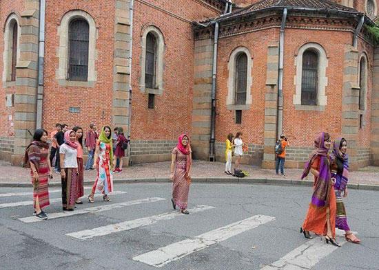 Các thiếu nữ Chăm Ninh Thuận trong trang phục áo dài truyền thống trên đường phố TP. Hồ Chí Minh.