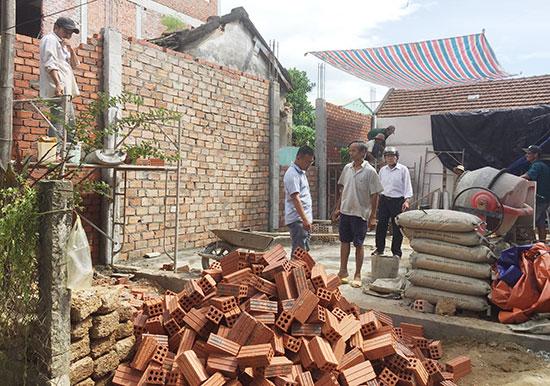 Căn nhà mới của ông Trương đang được xây dựng nằm toàn bộ trên nền móng cũ thuộc phần đất được tòa án tuyên giao cho ông Trương.  Ảnh: CÔNG VINH
