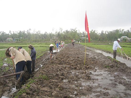 Làm giao thông nội đồng sau dồn điền đổi thửa ở xã Tam Hòa (Núi Thành). Ảnh: V.Phin
