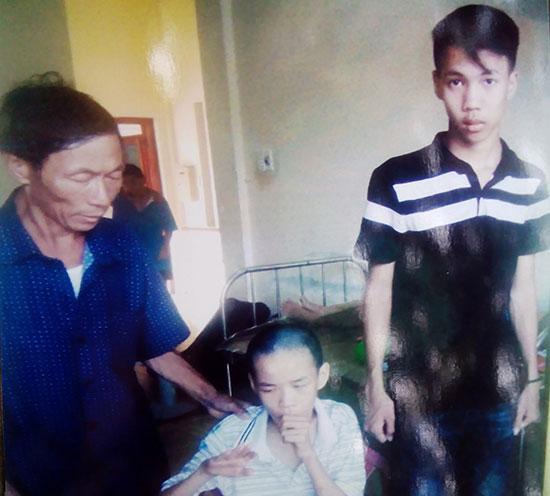 Cha con anh Phạm Ngọc Văn đang điều trị tại bệnh viện. (Ảnh do gia đình cung cấp)