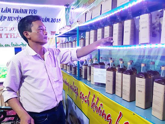 Sản phẩm dầu phụng, dầu mè của Công ty Noom trưng bày tại triển lãm hàng nông sản sạch. Ảnh: H.L