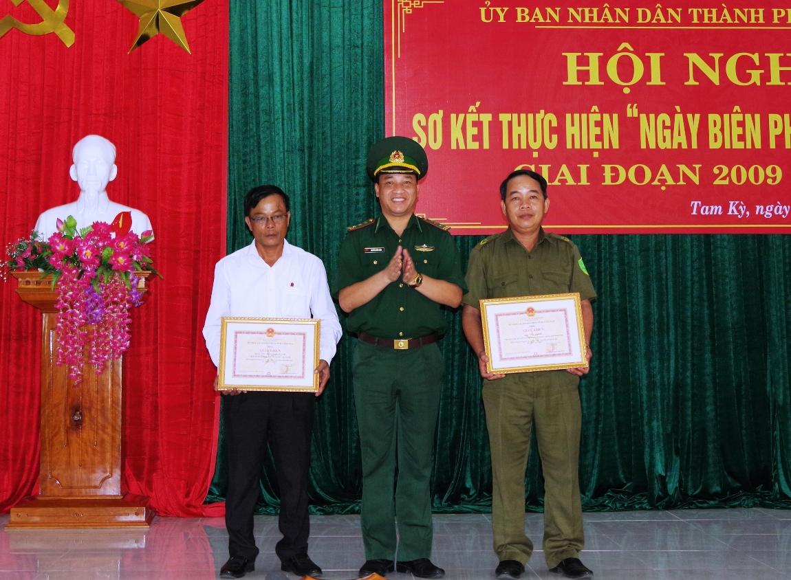 Thượng tá Nguyễn Xuân Bách – Chính ủy BĐBP tỉnh tặng giấy khen cho các tập thể và cá nhân tại hội nghị