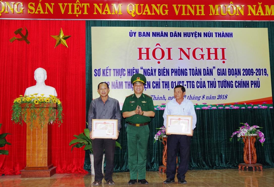 Thượng tá Nguyễn Xuân Bách – Chính ủy BĐBP tỉnh tặng giấy khen cho 02 tập thể tại hội nghị.