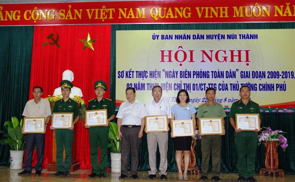 Chủ tịch UBND huyện Núi Thành Nguyễn Văn Mau tặng giấy khen cho các tập thể và cá nhân tại hội nghị