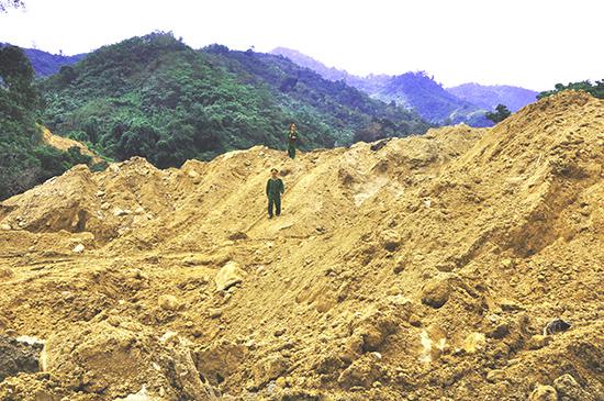 Khai thác vàng cày nát sông suối, rừng tự nhiên ở địa bàn Nam Giang trước đây. Ảnh: TRẦN HỮU