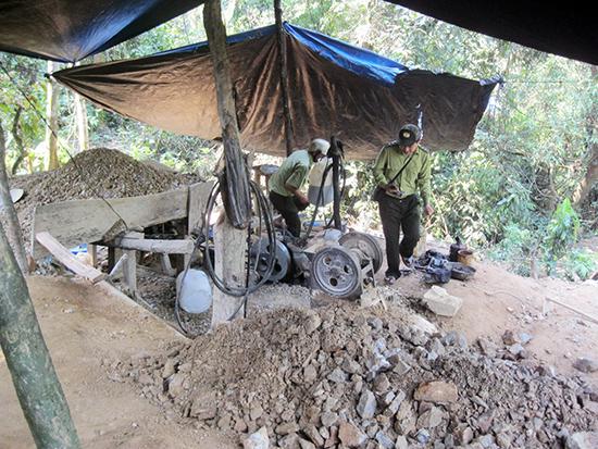 Khó giải quyết dứt điểm tình trạng khai thác vàng trái phép ở Tam Lãnh (Phú Ninh).