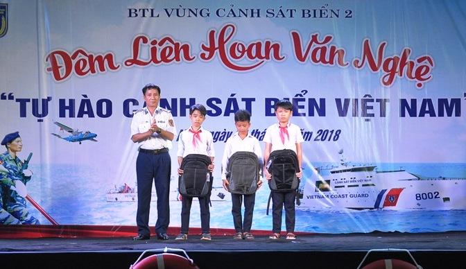 ãnh đạo Bộ Tư lệnh Vùng Cảnh sát biển 2 tặng quà cho học sinh nghèo. Ảnh: A.Đ