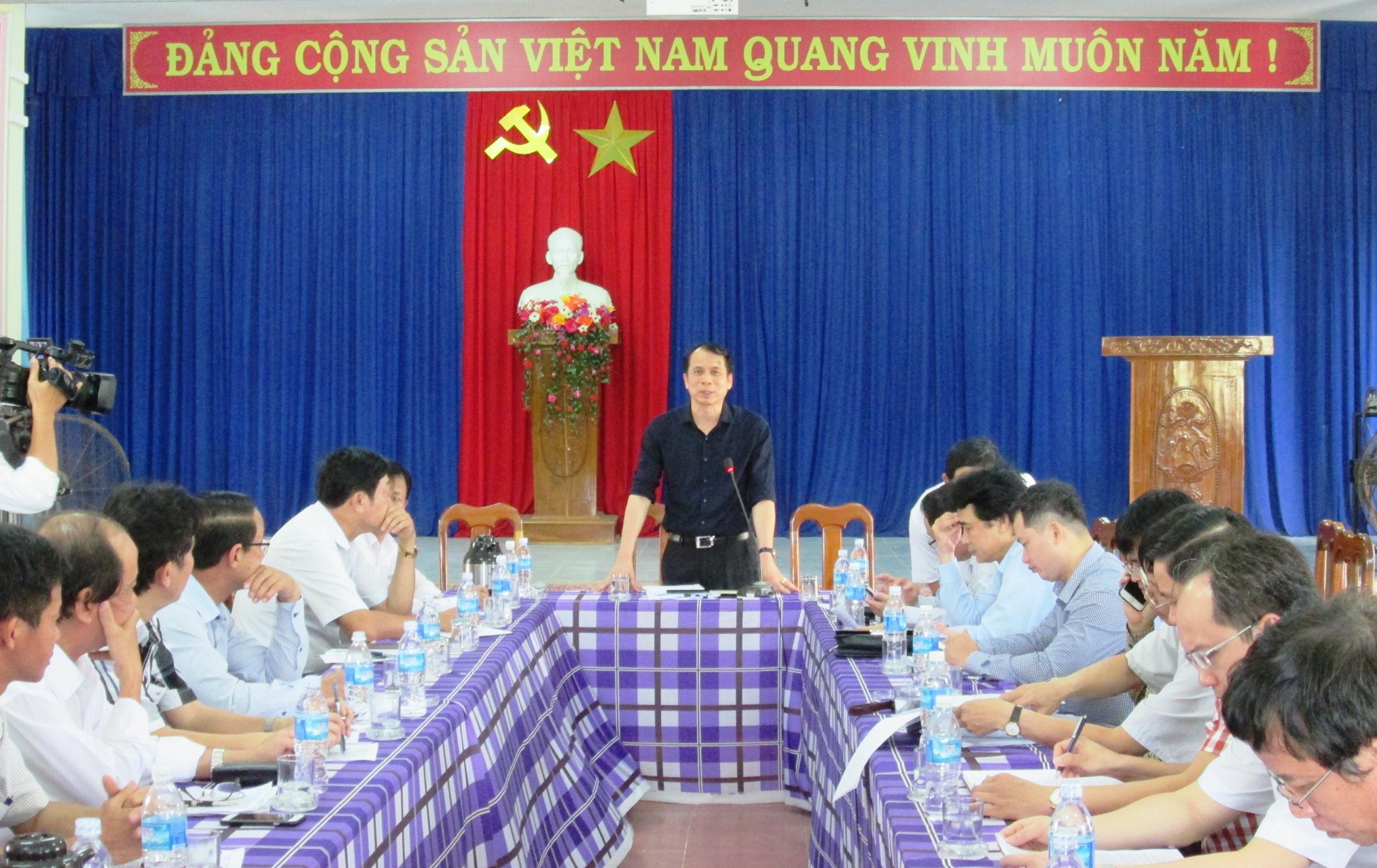 Thứ trưởng Bộ GD-ĐT Phạm Mạnh Hùng phát biểu tại cuộc làm việc với lãnh đạo xã Tam Phú (TP. Tam Kỳ).