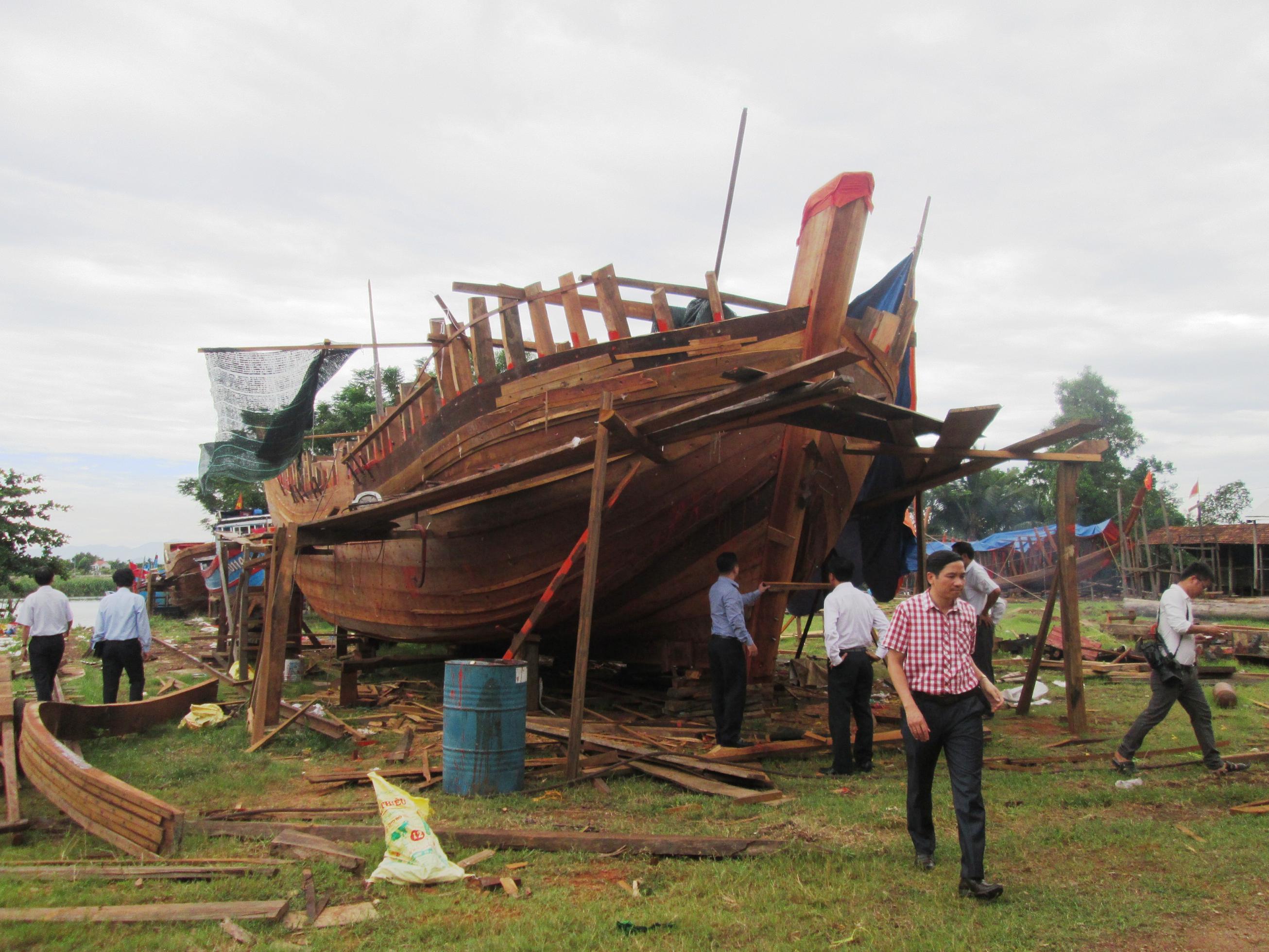Đoàn công tác thăm cơ sở đóng mới, sửa chữa tàu thuyền ở xã Tam Phú vào trưa nay 28.8.