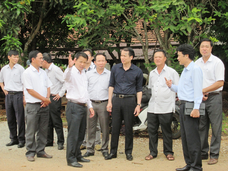 Thứ trưởng Bộ GD-ĐT Phạm Mạnh Hùng (áo đen) cùng đoàn công tác kiểm tra thực tế tại xã Tam Phú