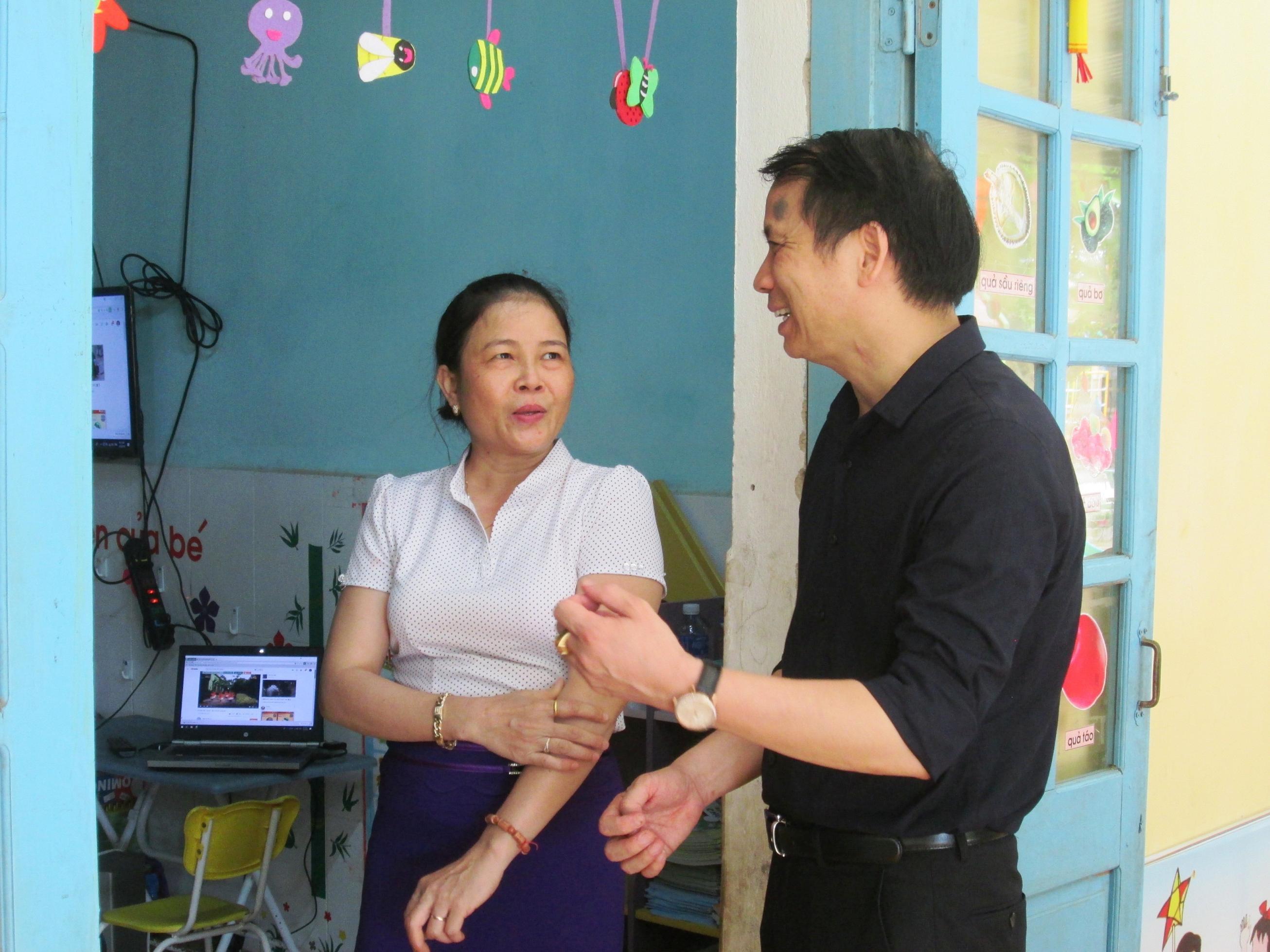 Thứ trưởng Bộ GD-ĐT Phạm Mạnh Hùng trò chuyện với giáo viên Trường Mẫu giáo Tuổi Thơ (xã Tam Thành, huyện Phú Ninh).  Ảnh: VĂN SỰ