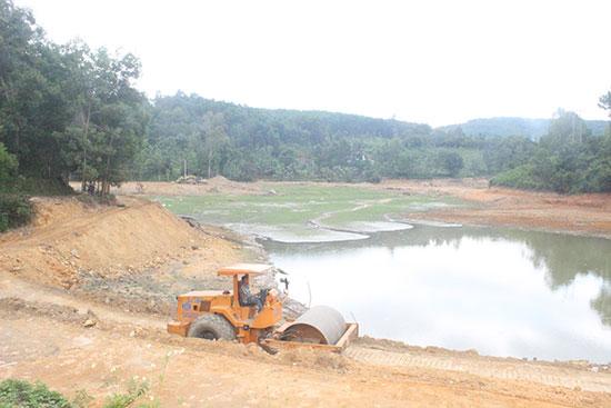 Xây dựng cơ sở hạ tầng phục vụ sản xuất đang được huyện Tiên Phước đầu tư mạnh. Ảnh: D.L