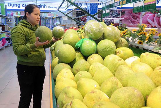 Để nông sản tìm được kênh phân phối vào các siêu thị, cửa hàng không phải chuyện dễ với nông dân. Ảnh: X.HIỀN