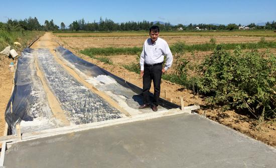 Công trình đường giao thông nội đồng đang thi công bị bỏ lửng do thiếu nguyên liệu cát. Ảnh: PHAN VINH