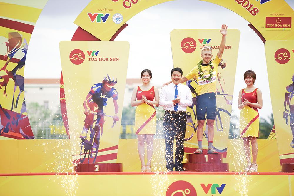 Trao quà lưu niệm và vinh danh các tay đua có thành tích xuất sắc tại chặng đua trên địa bàn thành phố Tam Kỳ.