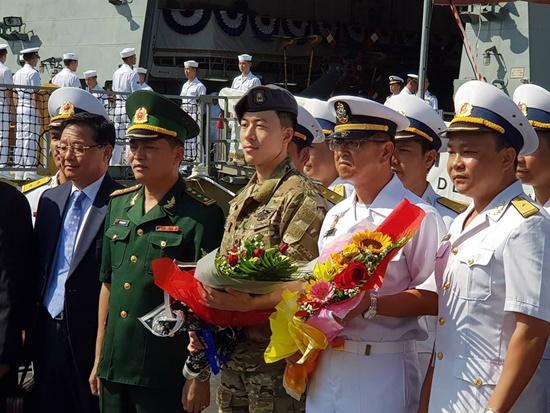Lãnh đạo Bộ Tư lệnh Vùng 3 Hải quân tặng hoa cho đại diện lãnh đạo tàu khu trục Hàn Quốc