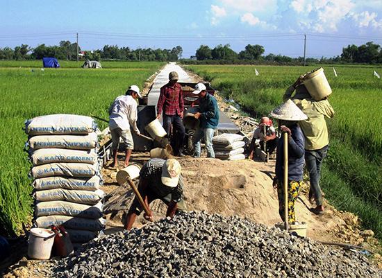 Cán bộ và hội viên nông dân tham gia xây dựng hạ tầng nông thôn. Ảnh: N.P