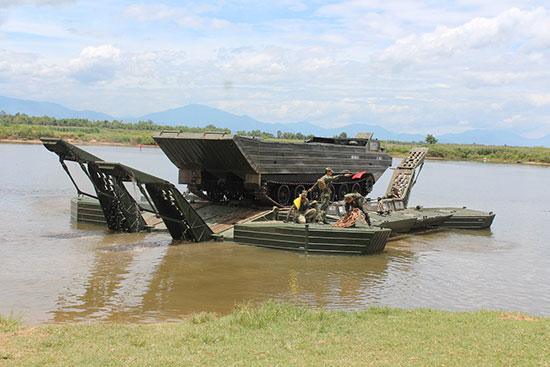 Bảo đảm vượt sông bằng phà tự hành GSP. Ảnh: N.D