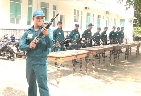 Các chiến sĩ tiểu đội dân quân thường trực tham gia thi bảo quản vũ khí trang bị. Ảnh: S.T