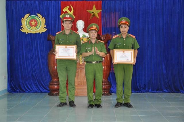 Đại tá Nguyễn Đức Dũng, Phó Giám đốc Công an tỉnh Quảng Nam trao giấy khen cho Công an Bắc Trà My. Ảnh: M.T