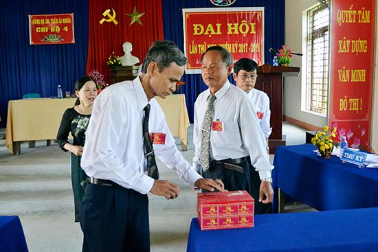 Bầu chức danh bí thư chi bộ kiêm trưởng khu phố 4, thị trấn Ái Nghĩa, Đại Lộc. Ảnh: C.TÚ