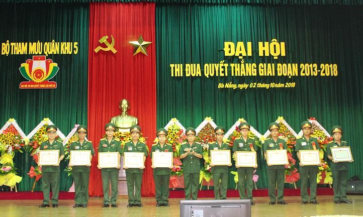 Thiếu tướng Thái Đại Ngọc trao bằng khen cho các tập thể, cá nhân đạt thành tích xuất sắc.