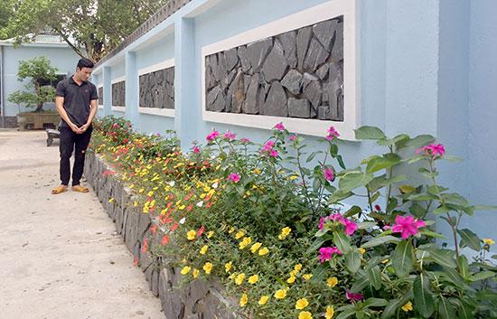 Nhiều hộ dân tích cực hưởng ứng xây dựng khu dân cư NTM kiểu mẫu bằng việc cải tạo vườn nhà xanh - sạch - đẹp. Ảnh: PHAN VINH