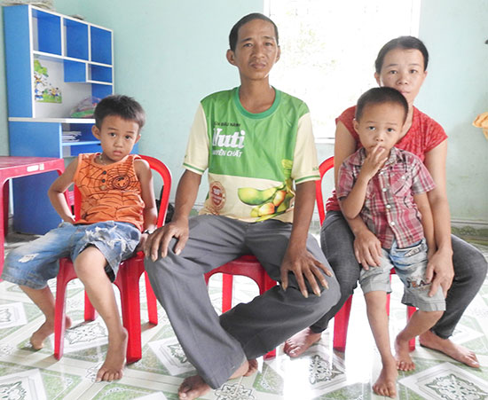 Vợ chồng anh Thường và 2 con nhỏ. Ảnh: H.D