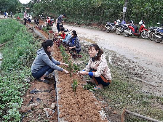 Cán bộ nhân dân xã Tiên Hà chung tay xây dựng khu dân cư NTM  kiểu mẫu. Ảnh: H.H