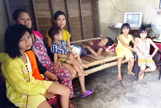 Cả gia đình bà Hương mong được giúp đỡ. Ảnh: P.V