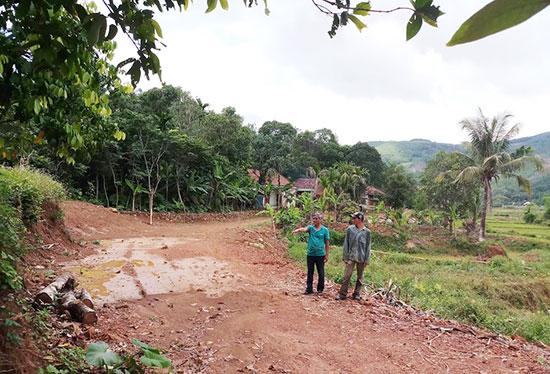 Người dân xã Tiên Cẩm tham gia hiến đất, cây trồng và tiền mặt giúp địa phương xây dựng cơ sở hạ tầng, giao thông. Ảnh: N.H