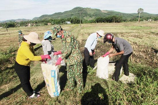 Ra quân làm sạch môi trường xây dựng nông thôn mới ở Núi Thành. Ảnh: VĂN PHIN
