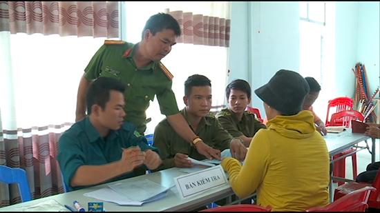 Thiếu tá Phạm Ngọc Hùng - Trưởng Công an xã Đại Hiệp (Đại Lộc) hướng dẫn người dân làm thủ tục hành chính. Ảnh: XUÂN MAI