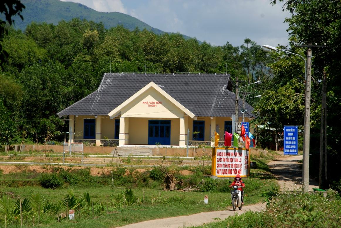 Nhà văn hóa thôn Thuận Sơn được đầu tư xây mới từ số tiền đóng góp của người dân. Ảnh: H.Q