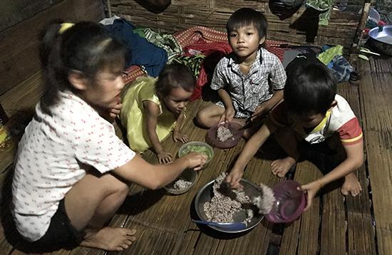Canh tàu môn rừng nấu với muối là bữa ăn của cả nhà. Ảnh: HẢI - AN