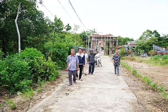 Cán bộ và nhân dân thôn Thọ Tân tất bật với công việc đã đề ra.Ảnh: N.Đ.N