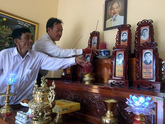 Ông Nguyễn Hữu Lanh và Lê Văn Tư thắp hương bàn thờ gia đình liệt sĩ Lê Tự Kình.Ảnh: H.V