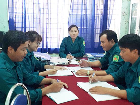 """Nữ chính trị viên """"sao vuông"""" Trương Thị Hồng họp Ban Chỉ huy quân sự xã triển khai công tác quốc phòng. Ảnh: N.V"""