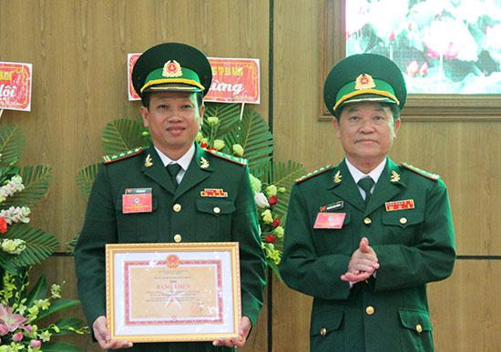 Đại tá Nguyễn Hữu Thắng - Chỉ huy trưởng BĐBP tỉnh trao bằng khen của Tư lệnh BĐBP cho đại diện tập thể Phòng PCMT&TP vì có thành tích xuất sắc trong phong trào Thi đua Quyết thắng, giai đoạn 2013 - 2018. Ảnh: ALĂNG NGƯỚC