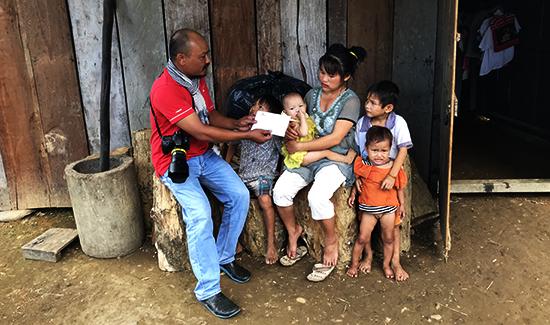Đại diện Báo Quảng Nam trao số tiền 7,5 triệu đồng của bạn đọc ủng hộ gia đình chị Thảo.