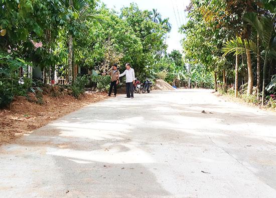 Người dân thôn 4, Tiên Mỹ hiến đất, cây cối, tiền mặt và ngày công lao động giải phóng mặt bằng làm bê tông hóa tuyến đường ĐH 11. Ảnh: N.H
