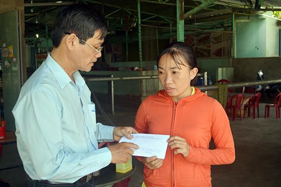 Trao tặng 3,3 triệu đồng cho người thân của cháu Nguyễn Viết Cường (thôn An Lâm, xã Thăng Phước, Huyện Hiệp Đức).